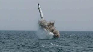 图为朝鲜早前水下试射Pukguksong-1导弹照片