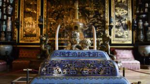 Roubo de obras da artes, neste domingo, no Museu chinês do Castelo de Fontainebleau, no sudeste de Paris.