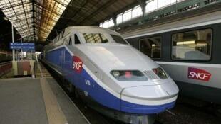 Un TGV entrant en gare de Paris-Montparnasse.