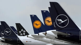 Aviones de la aerolínea alemana Lufthansa permanecen estacionados en el aeropuerto internacional de Múnich Franz Josef Strauss, el 28 de abril de 2020