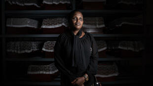 La superviviente del genocidio ruandés Albertine Mukakamanzi, en el memorial de Gatwaro, en Kibuye, al oeste de Ruanda, el 1 de diciembre de 2020