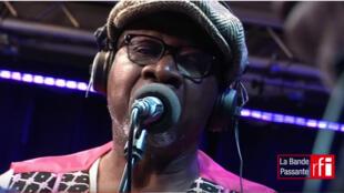 """O artista congolês Papa Wemba durante o programa """"La bande Passante"""" da RFI."""