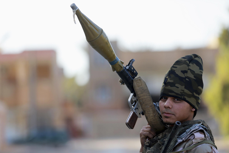 Un efectivo de las fuerzas progubernamentales libias durante el choque con rebeldes en la ciudad de Bengasi, el 28 de diciembre de 2014.