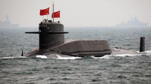 Một tàu ngầm Trung Quốc ở ngoài khơi Thanh Đảo, tỉnh Sơn Đông diễu binh nhân kỷ niệm 60 năm ngày thành lập lực lượng hải quân, ngày 23/04/2009