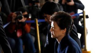 La présidente sud-coréenne destituée, à son arrivée au bureau du procureur à Séoul, le 21 mars 2017.