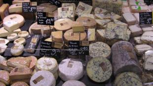 A França possue mais de 400 tipos de queijos.