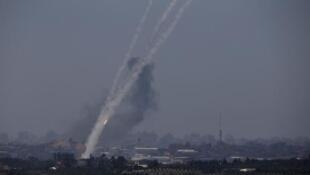 Foto de arquivo de tiros de foguetes da Faixa de Gaza por Israel, em junho de 2014.