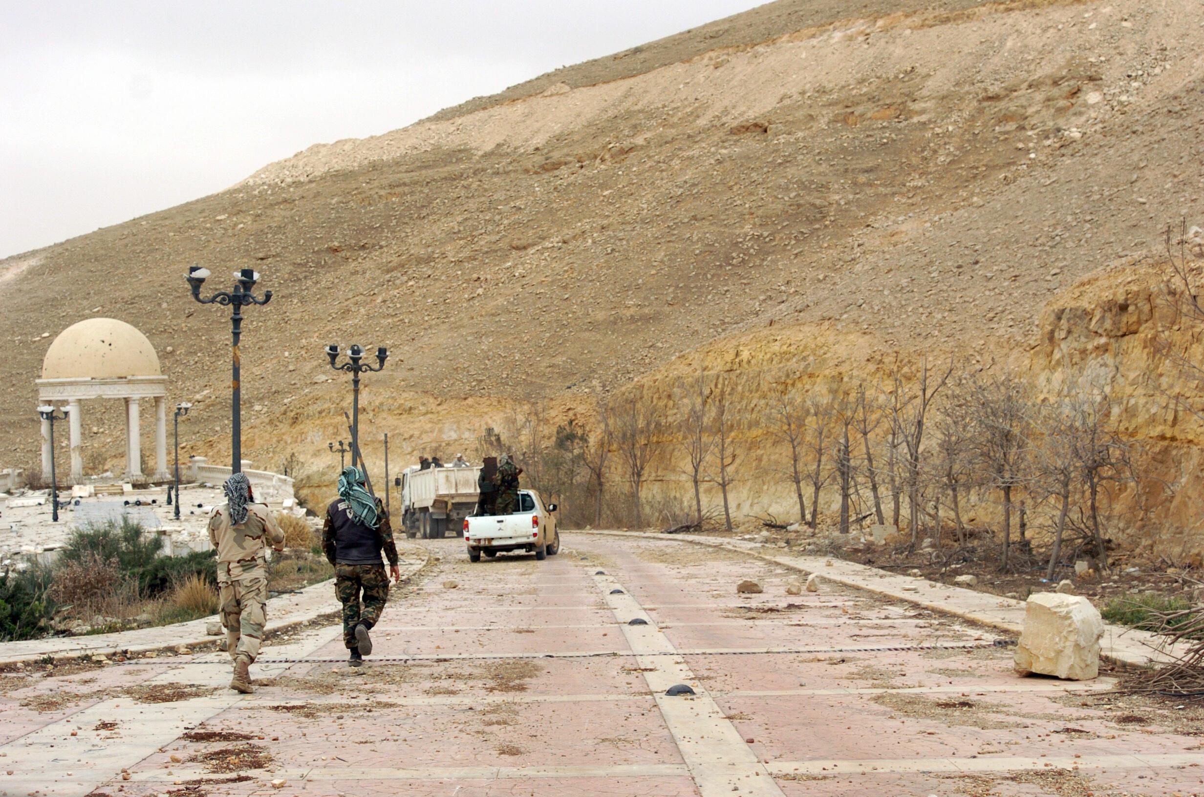 Quân chính phủ Syria tuần tra tại thành phố Palmyre, ngày 24/03/2016.