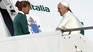 El papa Francisco en el momento de abordar el avión que lo llevará a Brasil, el 22 de julio de 2013.