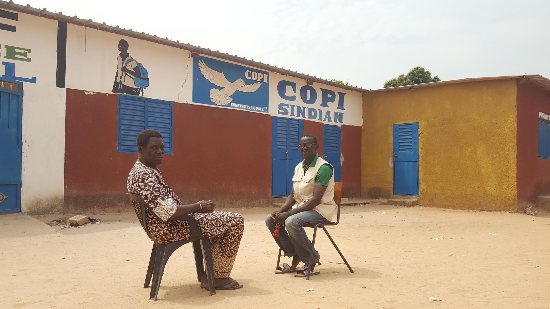 Abdoulaye Gassama (G) et Seckou Coly du comité de pilotage pour la paix, à Sindian, à une vingtaine de kilomètres de la frontière gambienne.