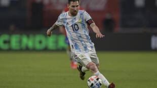 El astro Lionel Messi domina la pelota durante un partido de Argentina ante Chile en la elimintoria sudamericana al Mundial Catar-2022 el 3 de junio de 2021 en Santiago del Estero, Argentina