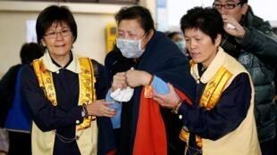 台灣復興航空失事飛機遇難者家屬到台北殯儀館,2015年2月5日。