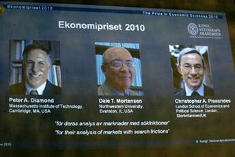 Annonce des prix Nobel d'économie 2010, à Stockholm, en Suède décernés aux Américains, Peter A. Diamond (G) et Dale T. Mortense (C) et au Britannico-chypriote Christopher A. Pissarides, le 11 octobre 2010.