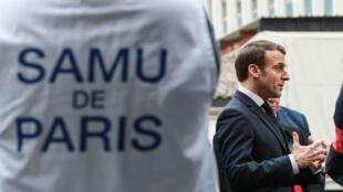 Президент Макрон в колл-центре скорой помощи при парижской больнице Некер 10 марта 2020.