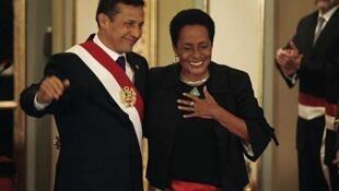 El presidente peruano Ollanta Humala junto a su ministra de Cultura, Susana Baca tras la jura.