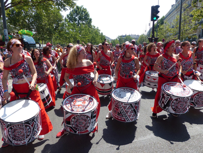 Grupo de percussão puxa o cortejo da Lavagem da Madeleine