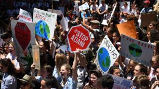 Des élèves de différentes écoles manifestent contre le changement climatique ce 30 novembre 2018 à Sydney.