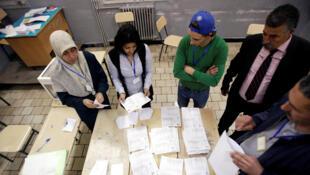 Dépouillement des votes à l'issue des élections législatives à Alger, le jeudi 4 mai 2017.