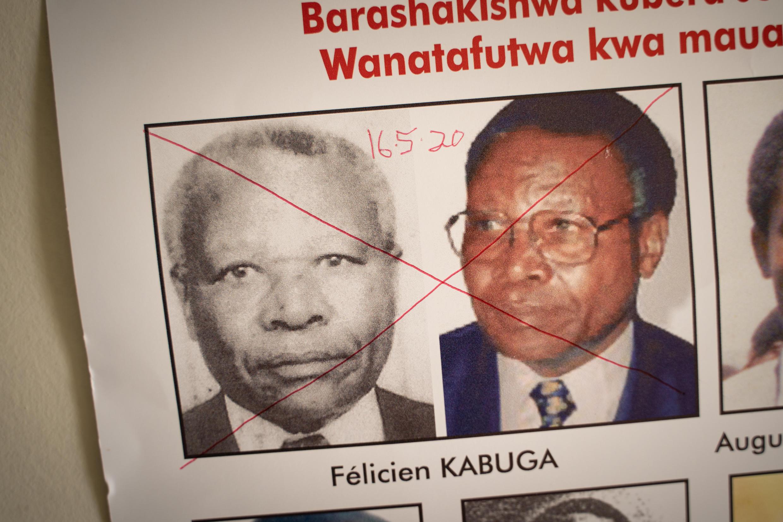Una cruz roja tacha los retratos de Félicien Kabuga, detenido en París, en una orden de búsqueda el 19 de mayo de 2020 en Kigali, Ruanda