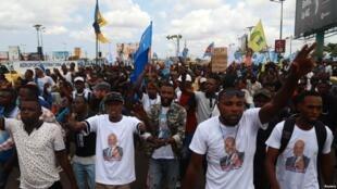 Wafuasi wa mgombea urais kwa tiketi ya upinzani DRC Martin Fayulu wakiimba wakati wa kimsubiri kwenye uwanja wa ndege wa kimataifa wa N'djili Kinshasa, tarehe 21 Novemba 2018.