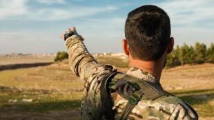Une milice chrétienne défend ses terres face à l'offensive turque après avoir combattu contre l'EI.