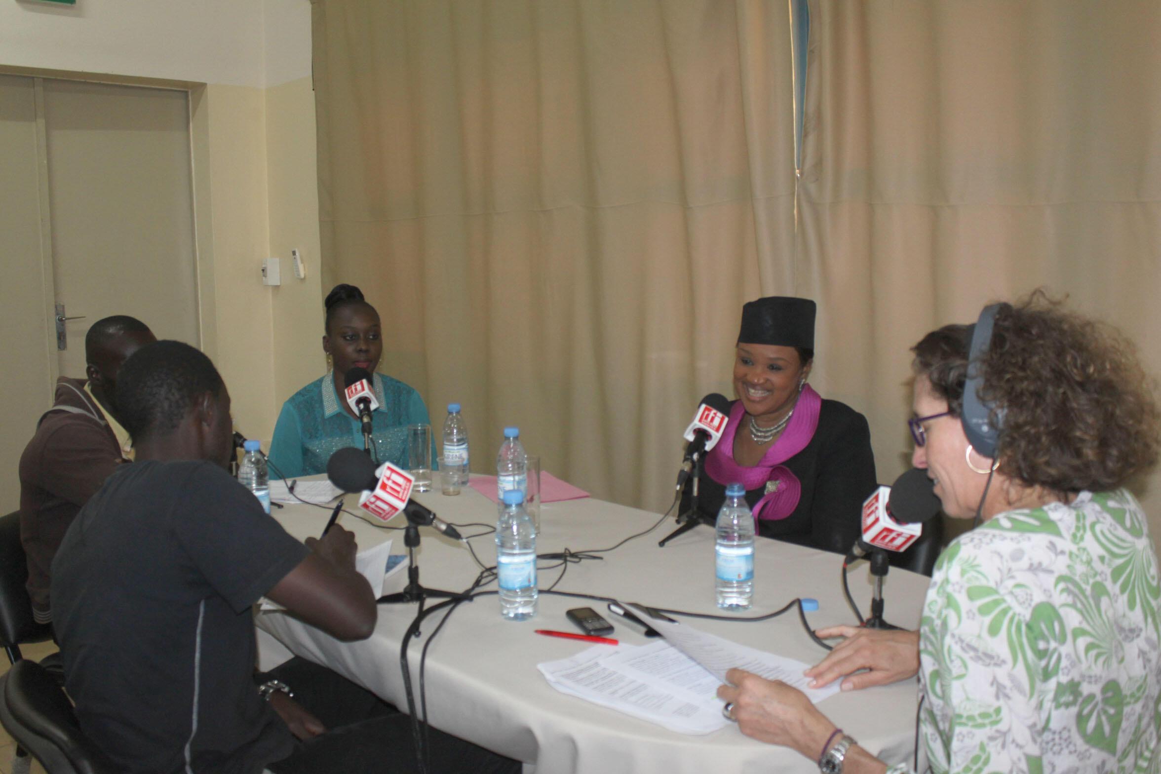 Le professeur Aminata Sall Diallo et les jeunes en formation professionnelle, au micro de RFI.