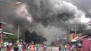Des affrontements éclatent entre les forces de police indonésiennes et les manifestants à Manokwari, en Papouasie occidentale, le 19 août 2019.