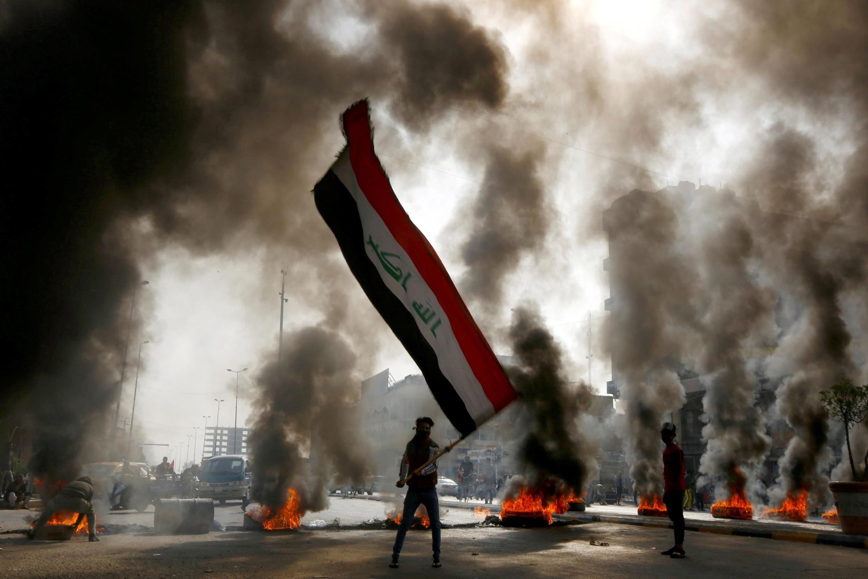 Người biểu tình đốt vỏ xe để phong tỏa giao thông trong cuộc xuống đường chống chính quyền tại Najaf, Irak ngày 26/11/2019.