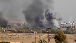 Image arrêtée d'une vidéo récupérée par Reuters montrant de la fumée s'échappant de la ville d'Abou Kamal, le 19 novembre 2017.