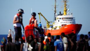 """کشتی """"آکواریوس"""" متعلق به سازمان غیردولتی """"اِس.اُ.اِس مدیترانه""""، شامل پناهجویانی است که در ۶ نقطه جداگانه در سواحل لیبی از غرقشدن نجات یافتهاند."""