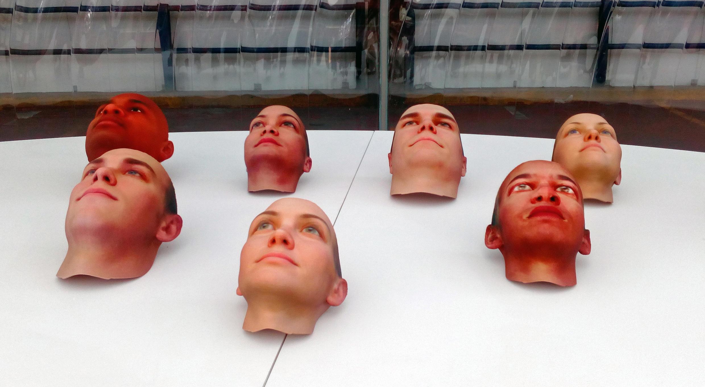 L'artiste Heather Dewey crée des moulages d'inconnu-es à partir de traces ADN recueillis sur des mégots.