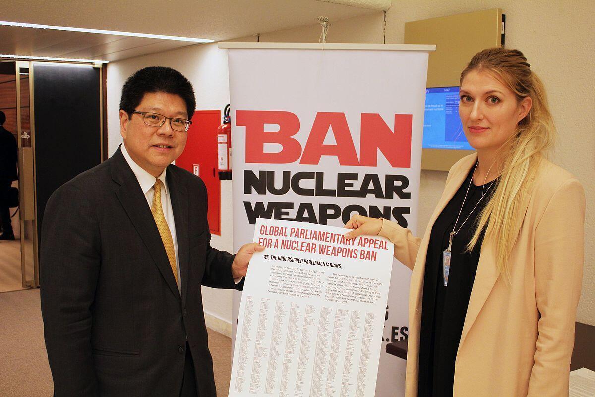 Vận động thông qua Hiệp ước mới : Đại sứ Thái Lan Thani Thongphakdi - chủ tịch nhóm làm việc của LHQ về giải trừ hạt nhân - và bà Beatrice Fihn, giám đốc điều hành của ICAN - phong trào vận động hủy bỏ vũ khí nguyên tử, Genève, 03/05/2016.