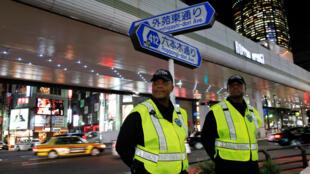 Hai người nước ngoài làm việc cho công ty bảo vệ Executive Protection Inc, tại khu thương mại Roppongi, Tokyo, Nhật Bản, ngày 01/11/2018