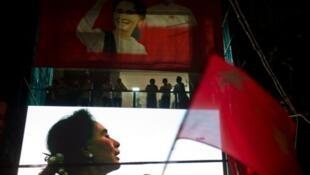 Chân dung của lãnh tụ Aung San Suu Kyi trên mặt tiền trụ sở đảng đối lập Liên minh Quốc gia vì Dân chủ 09/11/2015 - AFP