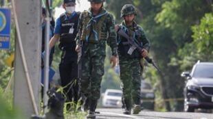 Des enquêteurs de la police et des soldats armés arrivent sur le site d'une attaque sur un poste de contrôle militaire à Pattani le 24 juillet 2019. (Illustration)