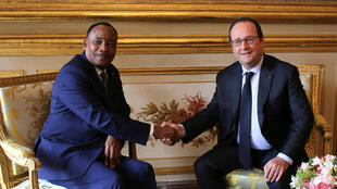 French President Francois Hollande shakes hands with Niger President Mahamadou Issoufou during a meeting at teh Elysee Palace in Paris French President Francois Hollande (R) shakes hands with Niger President Mahamadou Issoufou in June 2016.