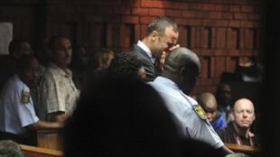 Oscar Pistorius en larmes lors de l'audience du 15 février 2013 à Pretoria.