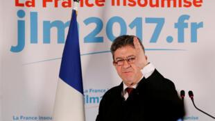 Jean-Luc Mélenchon já se posiciona como oposição após vitória de Emmanuel Macron