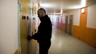 Un gardien de prison ouvre une cellule au centre pénitentiaire de Meaux, en banlieue parisienne. (image d'illustration)