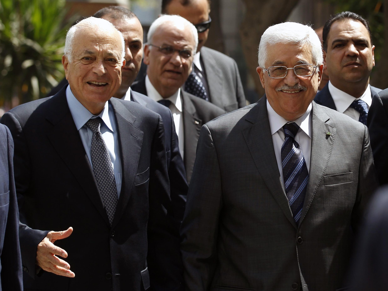 O presidente da Liga Árabe, Nabil Al Arabi (esq.), ao lado do presidente palestino, Mahmoud Abbas, neste domingo (7), no Cairo.
