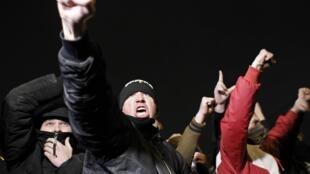 Des hommes hurlent des slogans lors d'une manifestation près de Moscou, le 13 octobre 2013.