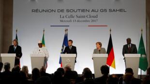 Le Premier ministre italien, le président malien IBK, le président français, la chancelière allemande et le président de la Commission de l'Union africaine Moussa Faki Mahamat, le 13 décembre.