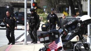 San Bruno (Californie), 3 avril 2018. Des policiers se dirigent vers les locaux de YouTube où une fusillade a éclaté.