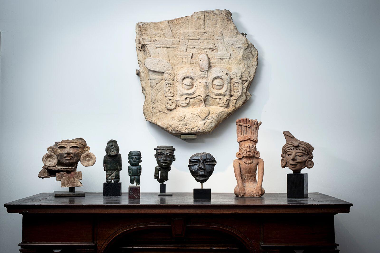 Parte superior: fragmento de una estela maya retirado de la venta a petición de Guatemala