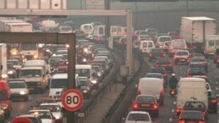 A via marginal que circunda Paris recebe mais de 1 milhão de veículos diariamente.