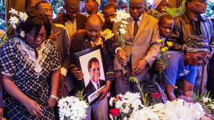 Populares participam nas cerimónias fúnebres do presidente da Resistência Nacional Moçambicana (RENAMO), Afonso Dhlakama, as cerimónias fúnebres na sua aldeia natal, em Mangunde, Moçambique, 10 de Maio de 2018.
