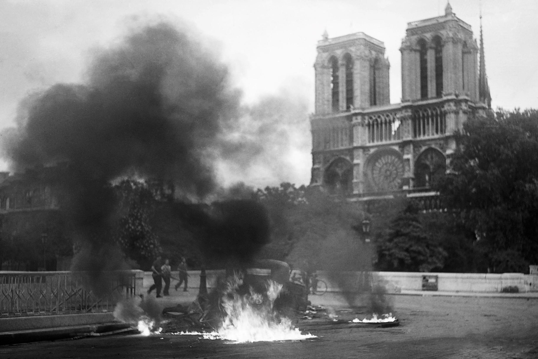 Un coche alemán en llamas delante de Notre-Dame, el 22 de agosto de 1944.