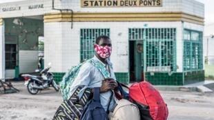 Dans les rues de Cotonou, au Bénin. Le port du masque est devenu obligatoire pour lutter contre l'épidémie de coronavirus.