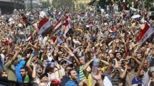 Partidarios del depuesto presidente Mohamed Mursi manifiestan su descontento frente a la mezquita Al-Fath, en la plaza Ramsés, El Cairo, el 16 de agosto de 2013.