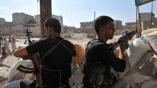 Quân nổi dậy chuẩn bị kháng cự lại đợt tấn công của quân đội chính quyền (AFP)